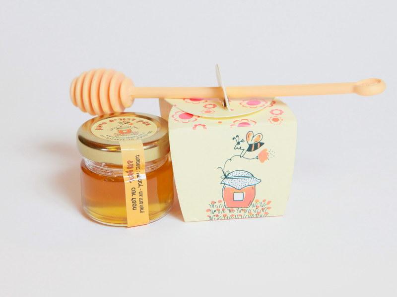 דבש עם כפית דבש באריזת קרטון