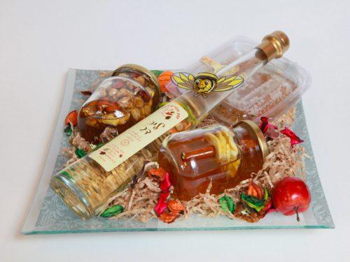 כלי הגשה מזכוכית עם מוצרי דבש