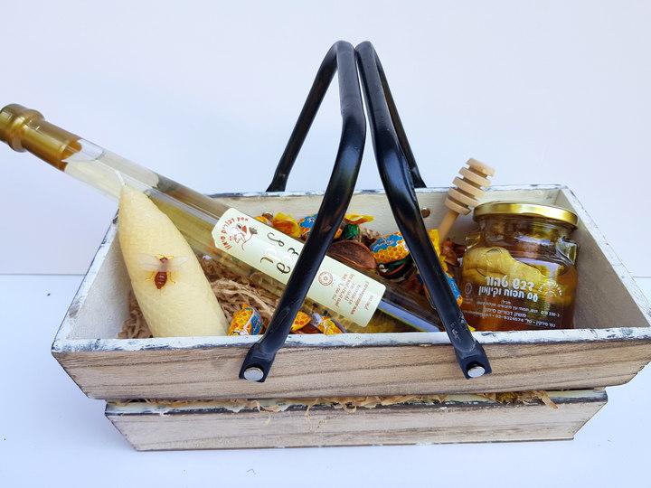סלסלת עץ מהודרת עם מוצרי דבש