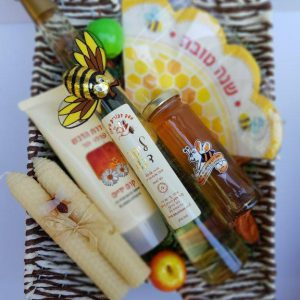 סלסלת קש גדולה עם מוצרי דבש