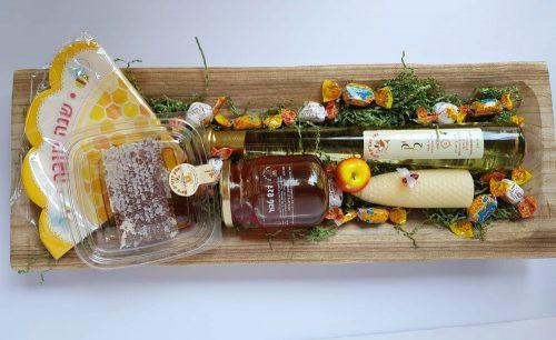 מגש עץ חגיגי גדול עם מוצרי המכוורת