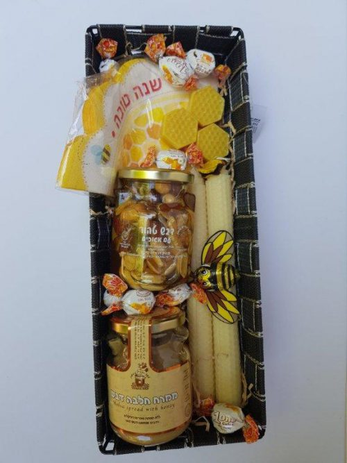 סלסלת מתנה רחבה עם מוצרי דבש