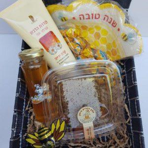 סלסלת מתנה עם מוצרי דבש