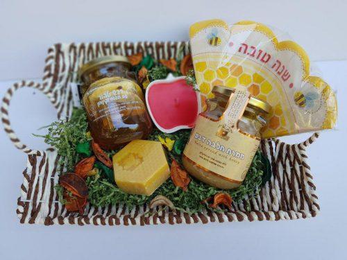 מגוון מוצרי דבש בתוך סלסלה