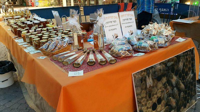 מוצרי דבש בעמדת מכירה