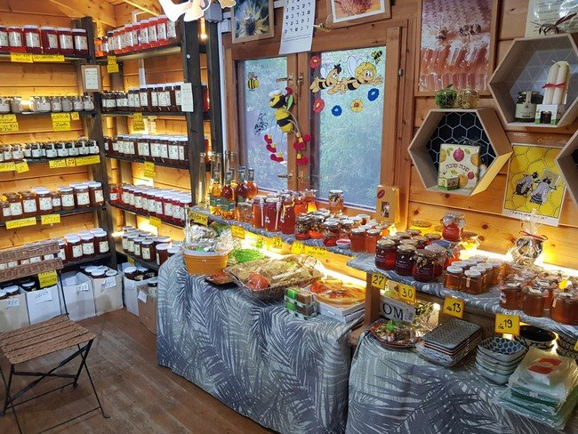 חנות משק סימון בכפר סירקין, מבט מבפנים